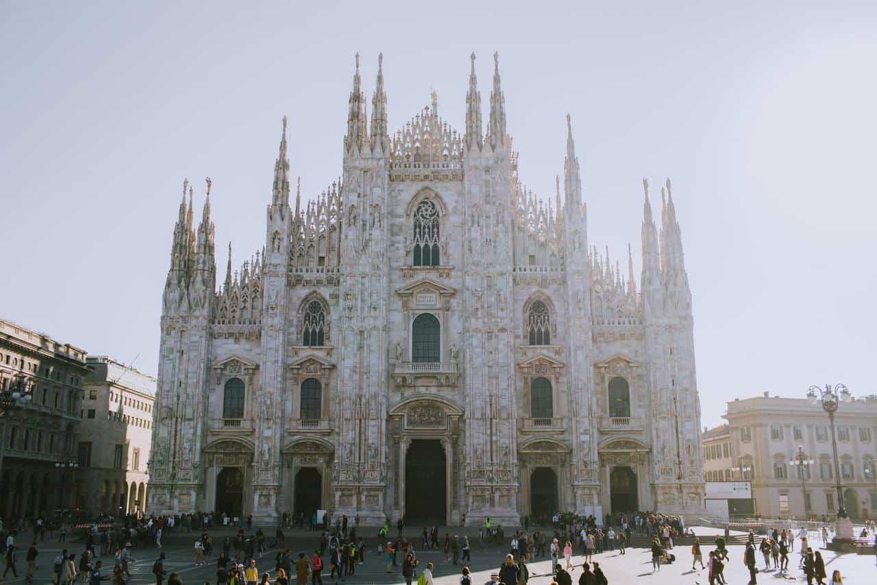 """La fila interminable de """"nuevos pobres"""" por covid en Milán"""