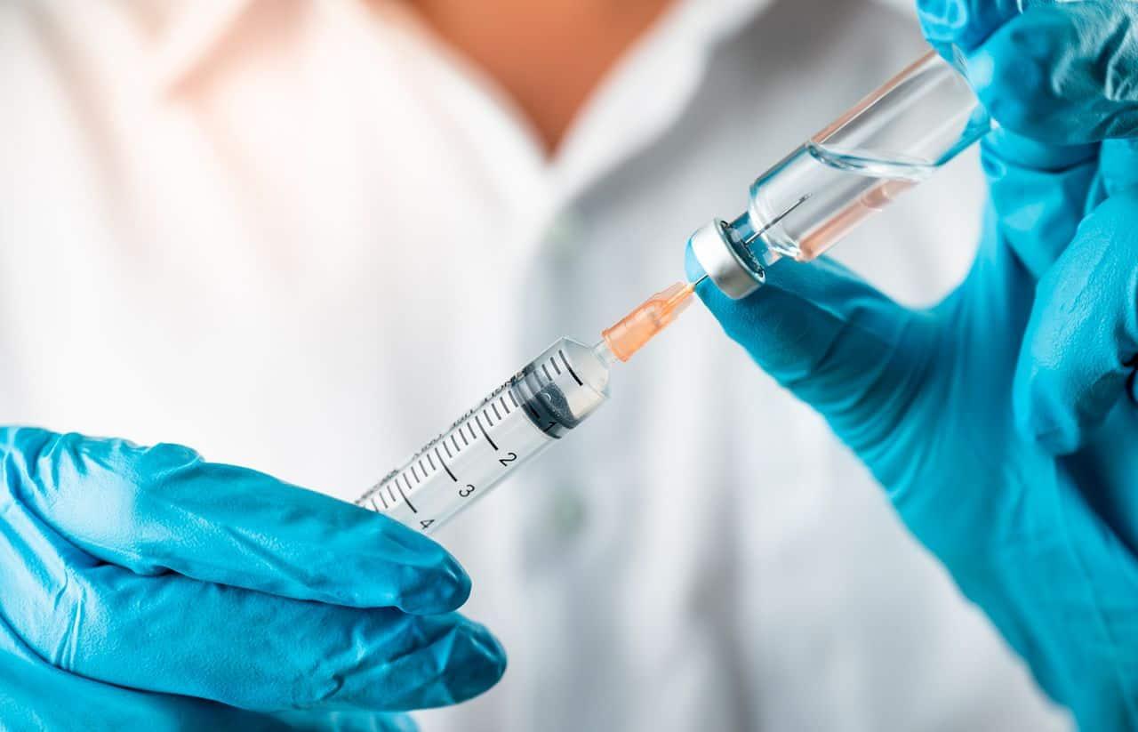 Afirman que son aisladas las muertes de vacunados