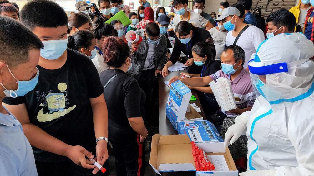 China vive el peor rebrote de coronavirus desde el de Wuhan y confina a millones