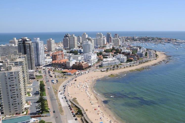 Uruguay evalúa vacunar a los turistas de la región